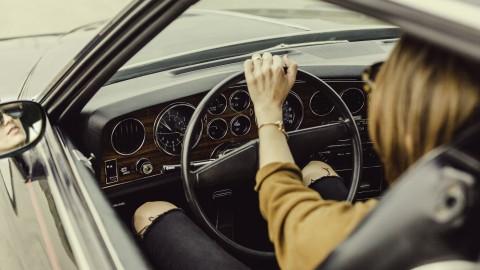 Moet ik leren rijden in een handgeschakelde of een automatische auto?